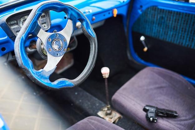 Pistolet sur le siège avant de la voiture pour n'importe quel but