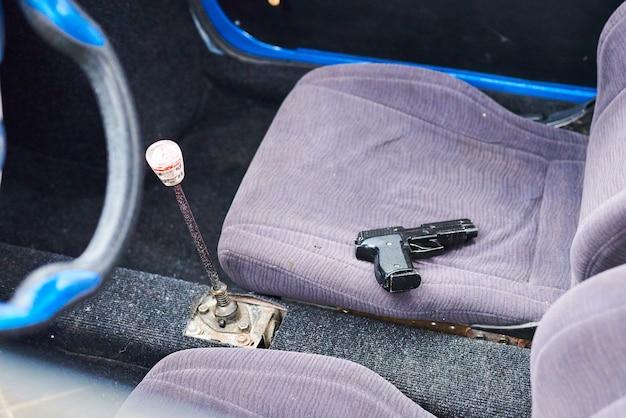 Pistolet sur le siège avant de la voiture