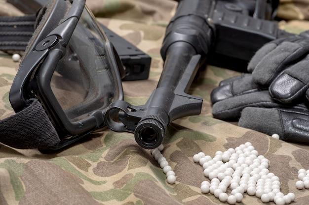 Pistolet soft air avec des lunettes de protection et beaucoup de balles