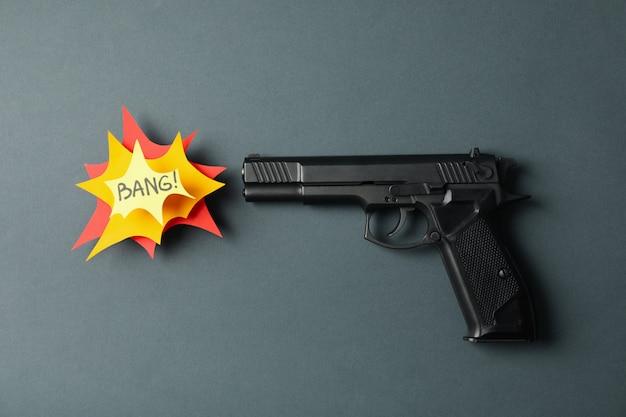 Pistolet et texte bang sur fond noir. arme d'autodéfense