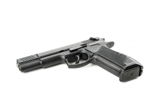 Pistolet traumatique noir isolé sur blanc