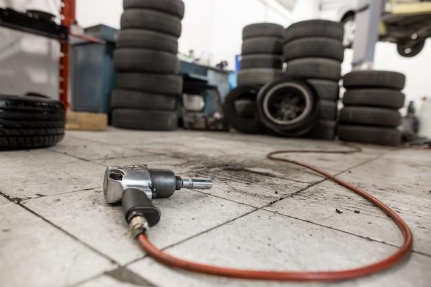 Pistolet à vide pour remplacer les roues de la voiture sur le sol, concept de transport