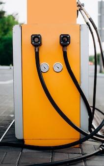 Des pistolets de station-service jaunes alimentent le gaz