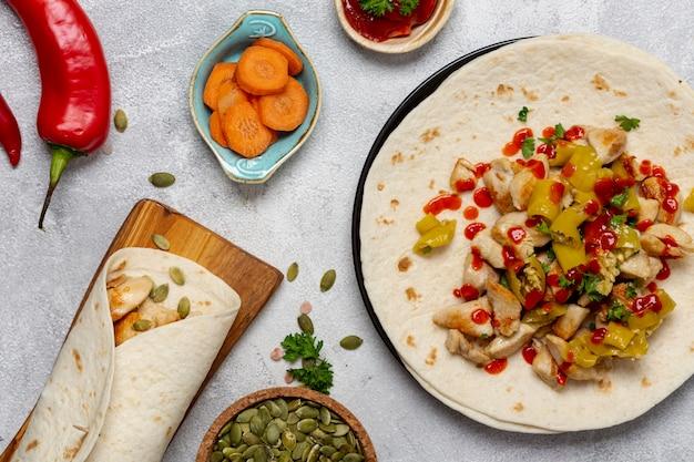 Pita traditionnel et légumes sur des assiettes