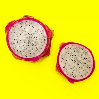 Pitahaya ou fruit du dragon sur fond jaune. concept minimal de fruits exotiques