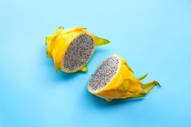 Pitahaya jaune ou fruit du dragon sur bleu