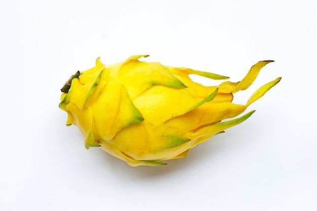 Pitahaya jaune ou fruit du dragon sur fond blanc.