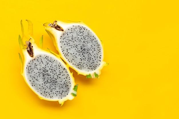 Pitahaya jaune ou fruit du dragon sur fond jaune. copier l'espace