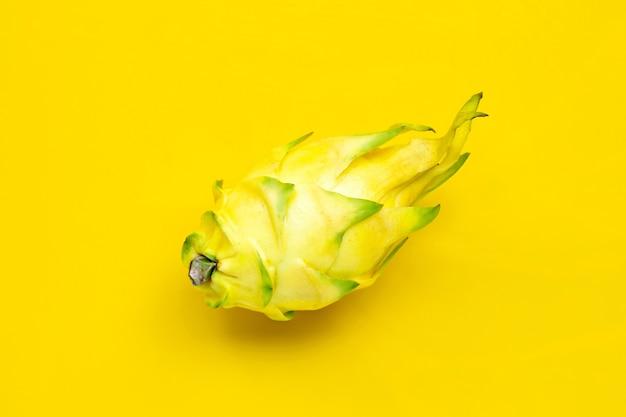 Pitahaya jaune ou fruit du dragon sur fond jaune. vue de dessus