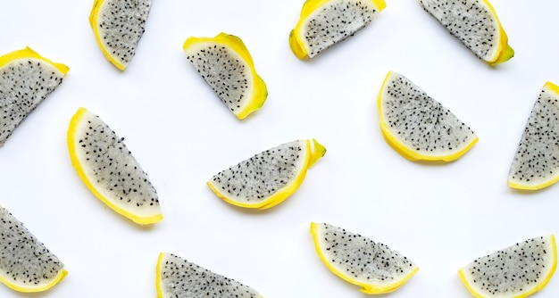 Pitahaya jaune ou tranches de fruit du dragon sur blanc