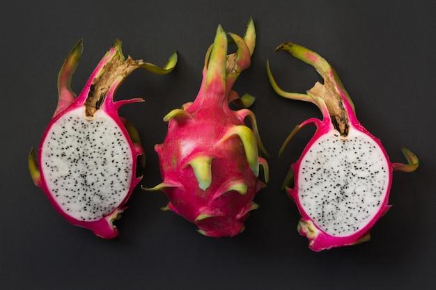 Pitaya tropical isolé, fruit du dragon sur fond noir. fermer. vue de dessus.