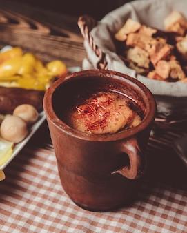 Pitie dans un pot en argile et une corbeille de pain