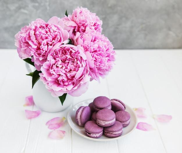 Pivoine rose avec macarons
