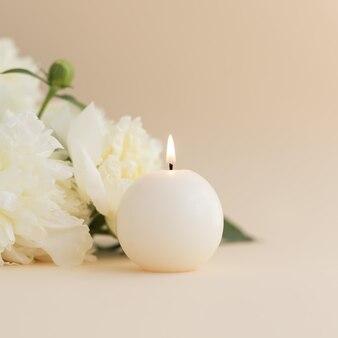 Pivoines blanches et bougies aromatiques