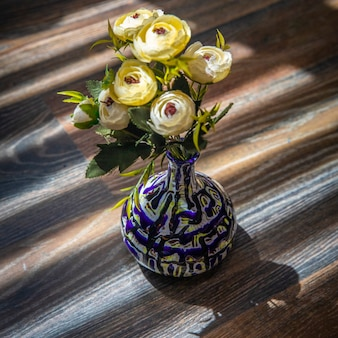 Pivoines blanches dans un vase décoratif bleu.