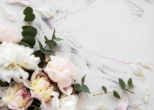 Pivoines roses sur fond de marbre