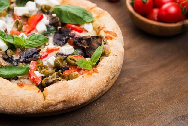 Pizza à angle élevé avec légumes