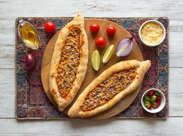 Pizza arabe lahmacun sur une surface en bois blanche