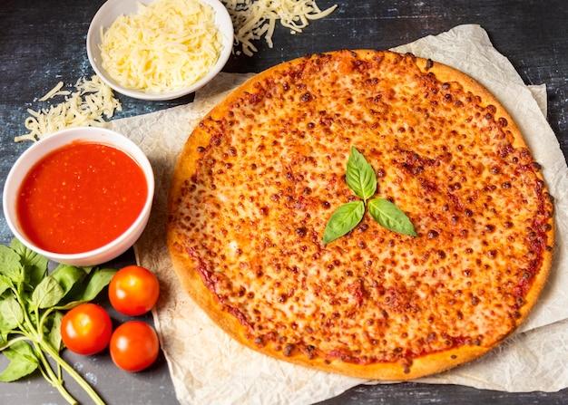 Pizza au fromage à angle élevé avec sauce tomate et mozzarella