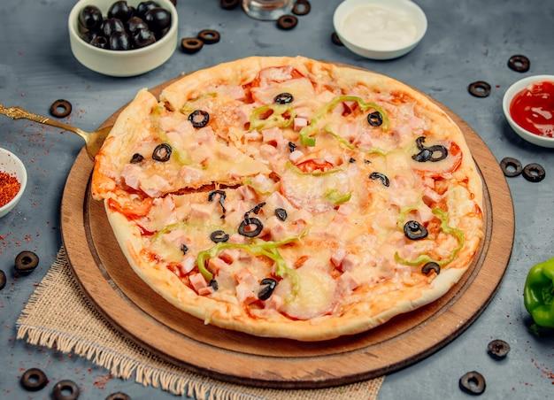 Pizza au fromage aux olives noires