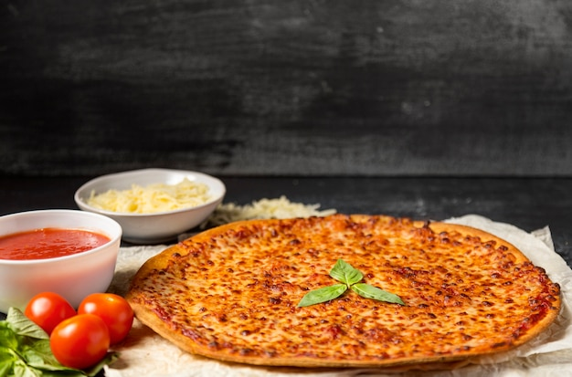Pizza au fromage grand angle avec sauce tomate, mozzarella et basilic