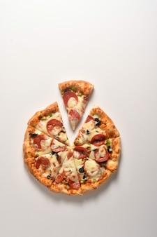 Pizza au fromage isolé sur fond blanc vue de dessus de pizza