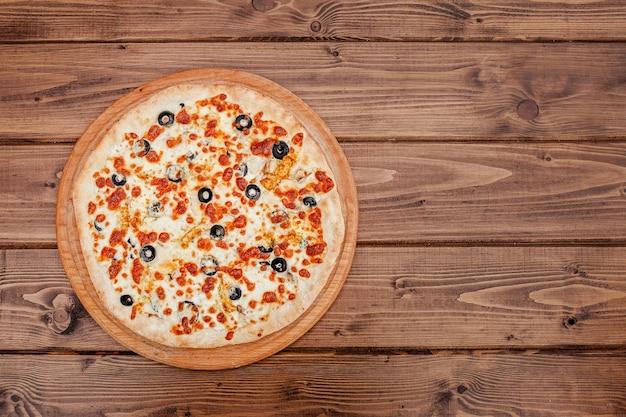 Pizza au fromage mozzarella, poulet, olives, épices