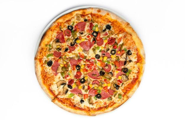 Pizza au fromage salami mashrooms et olives isolé sur fond blanc