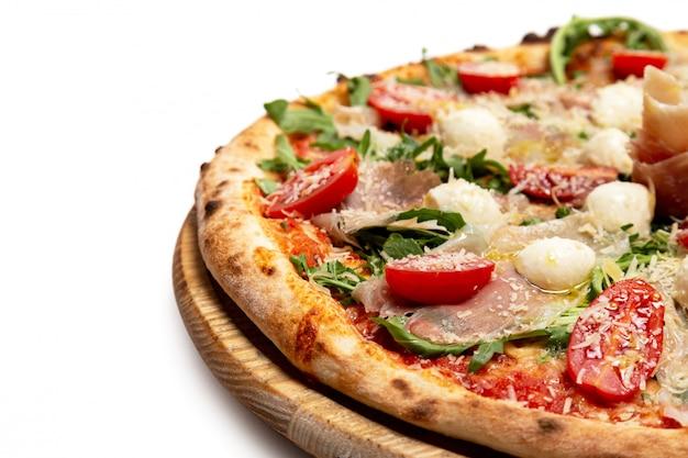 Pizza au fromage, viande et tomates sur blanc