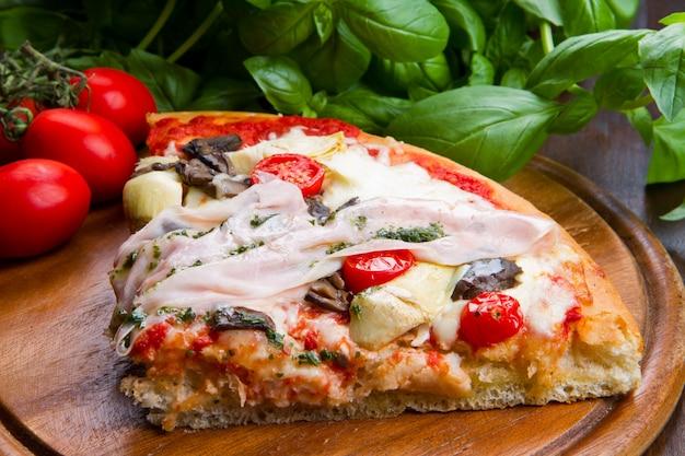 Pizza au jambon et au fromage