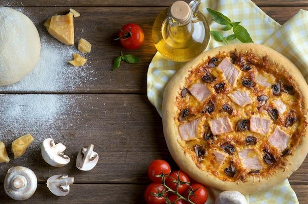 Pizza au jambon et aux champignons avec des ingrédients