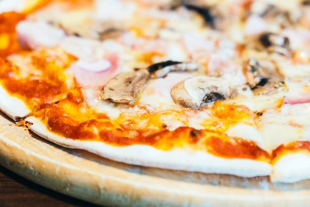 Pizza au jambon et aux champignons