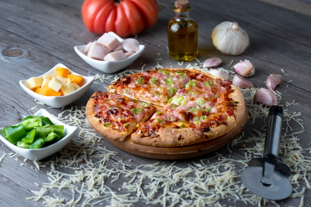 Pizza au jambon et aux poivrons