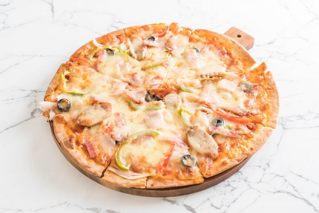 Pizza au jambon et aux saucisses