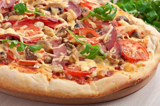 Pizza au jambon et légumes