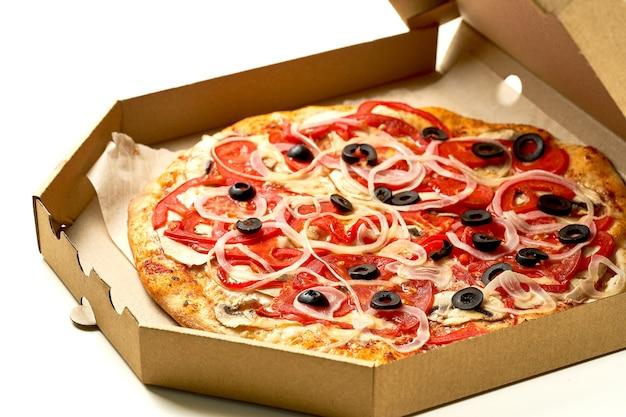 Pizza au jambon et tomates, olives, sauce et fromage fondu, côtés croustillants, isolés sur fond blanc