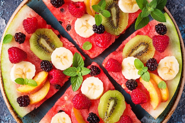 Pizza au melon d'eau avec fruits et baies