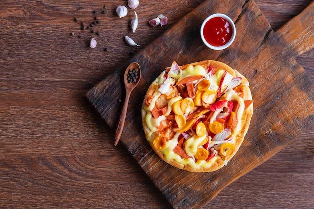 Pizza au pain plat sur planche à pizza en bois