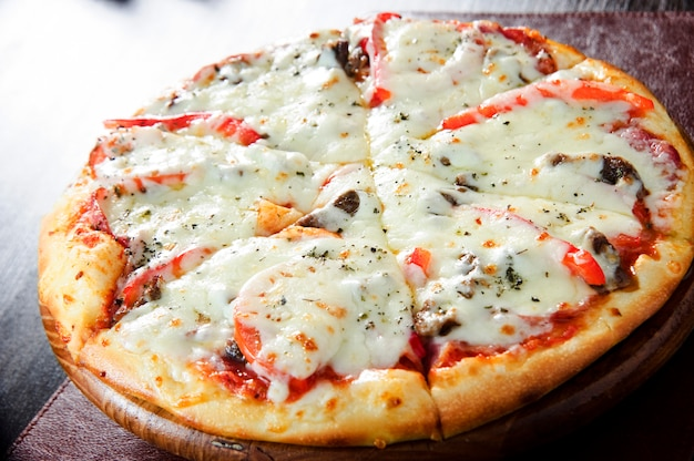 Pizza au pepperoni au four fraîche, faible profondeur de champ.