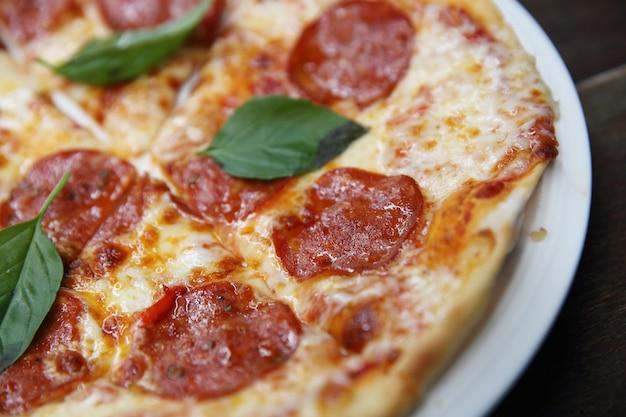 Pizza au pepperoni sur bois