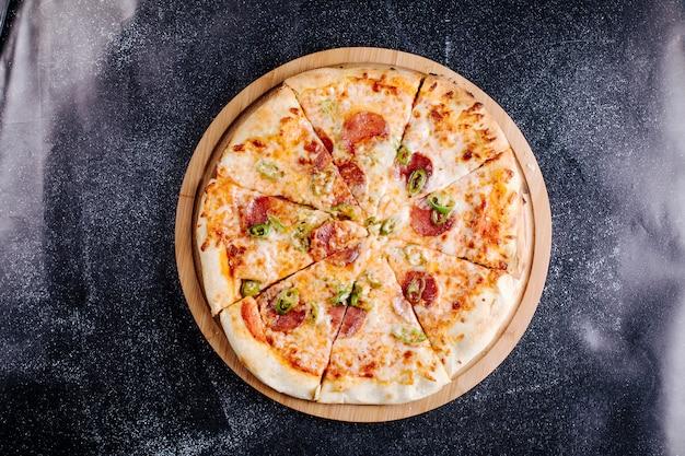 Pizza au pepperoni coupée en tranches.