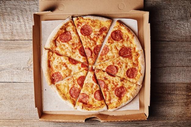 Pizza au pepperoni dans une boîte en carton