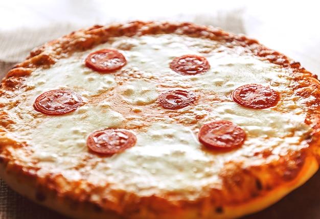 Pizza au pepperoni maison chaude prête à manger. lumière naturelle