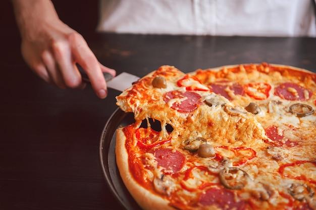 Pizza au pepperoni maison chaude prête à manger