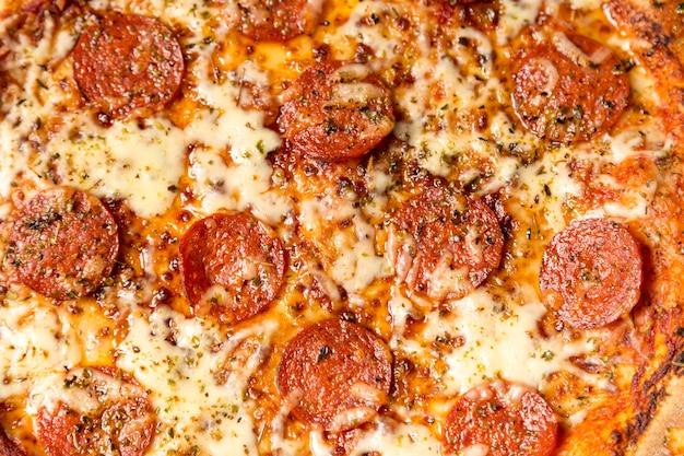 Pizza au pepperoni à plat