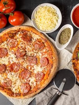 Pizza au pepperoni vue de dessus