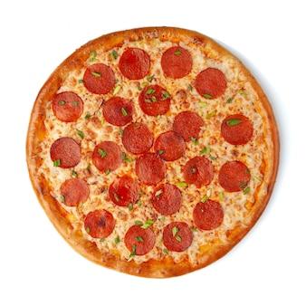 Pizza au peproni avec fromage mozzarella, saucisses pepperoni et oignons verts. vue d'en-haut. fond blanc. isolé.