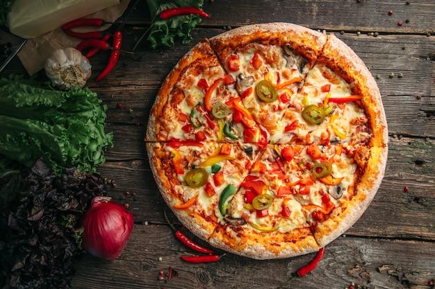 Pizza au poivre appétissante avec jalapeno