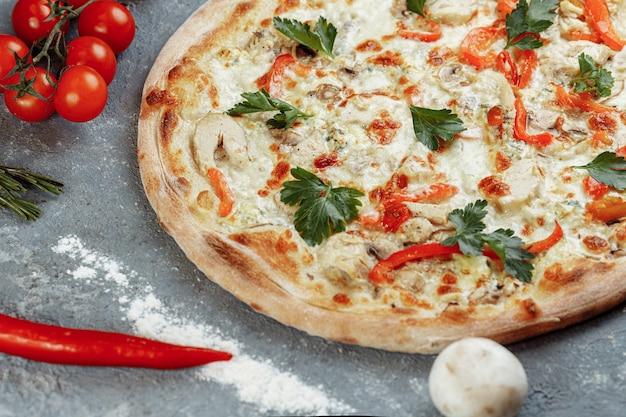 Pizza au poulet bleu avec tomates, mozzarella et fromages dor blue