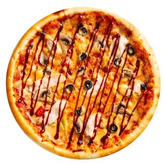Pizza au poulet et champignons isolés sur fond blanc